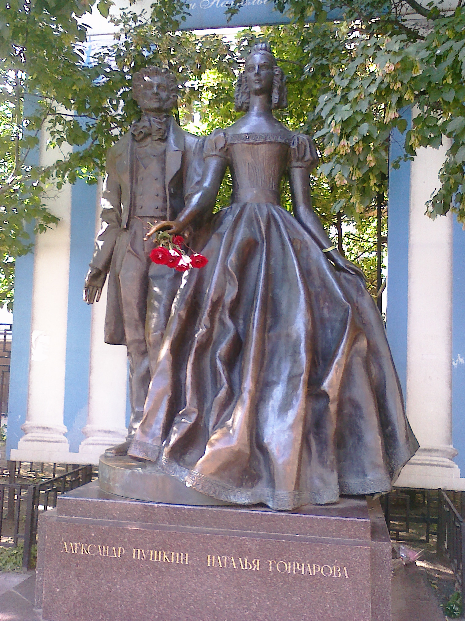 Pushkin and wife statute in Moscow CIMG0509 (2).jpg